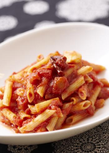 イタリアに行くと、パスタにトマトソースを絡めただけのシンプルな食べ方を目にします。このシンプルさが余計にトマトの美味しさを伝えていたりするんですよね。唐辛子を加えたペンネアラビアータは、唐辛子の辛みとニンニクが食欲を刺激します。無性にイタリアンを食べたいと思った時にも、さらっと作れるのでおすすめです。