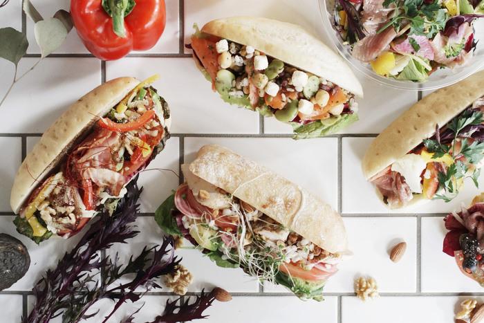 野菜たっぷりで、見栄えも抜群のサンドイッチやタルトが豊富に揃っています。出来立てサンドイッチはとても美味しいですよ。キッズメニューも揃っています。