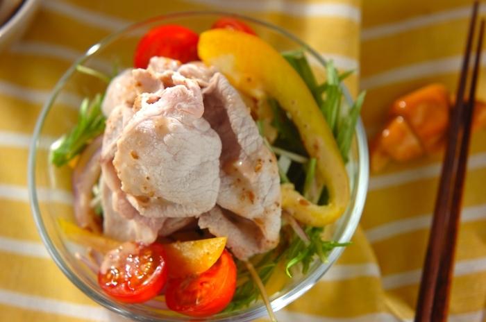 豚しゃぶにごまドレ。なんて名コンビなのでしょう。たっぷりの生野菜や薬味も合わせれば、栄養満点!ヘルシーな一皿が完成します。