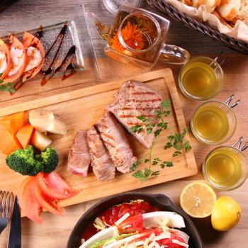 うま味がたっぷりのジューシーなステーキや、チーズフォンデュが人気の一品です。