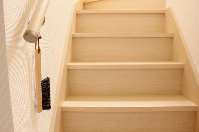 出しっぱなしでもインテリアに馴染むブナ材のブラシ。毛先はポリエステルと馬毛がバランス良く混ざっていて、ゴミを集めやすくなっています。 傷つけたくない繊細な家具にも使用できて便利。