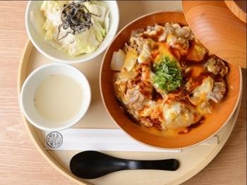 ぷりぷりの名古屋コーチンが、ふんわり卵に包まれた優しい味わいの親子丼は絶品です。