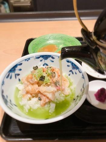 鯛の甘みがふわりと広がるお茶漬けが絶品。さらさらいただけて、風味豊かな味わいです。
