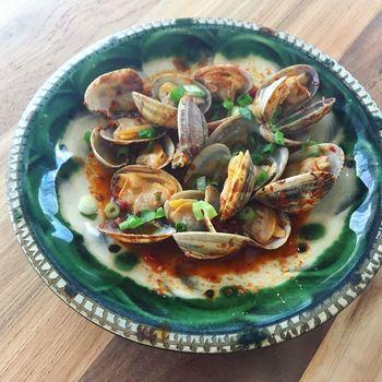 貝の旨味がたっぷり染み出た酒蒸しはスープごといただきたくなるもの。ハリッサを加えれば、パンに付けたり、クスクスやパスタを添えても美味しそう。新しく出会う調味料は、食体験まで豊かにしてくれるのがうれしいですね。