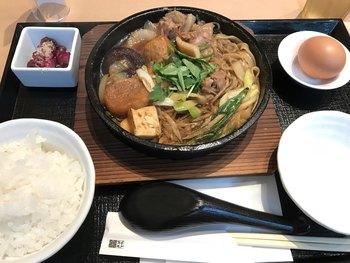 ランチでいただける尾張牛すき鍋は、ボリュームたっぷりにお肉が入っています。お肉下の方には、きしめんも入っていて、名古屋ならではの味わいです。ごはんがもぐもぐ進む贅沢な味わいです。