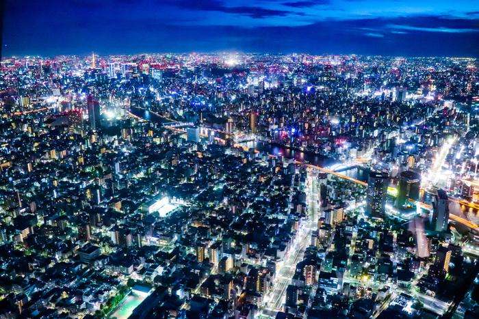 地上350mの高さにある天望デッキからの景色も見事ですが、せっかく「東京スカイツリー」へと足を運んだなら、展望デッキからさらに100m上がった地上450mの天望回廊へと行くのがおすすめです。東京タワーや新宿にある都庁まで、東京を一望できます!夜景も素敵です☆