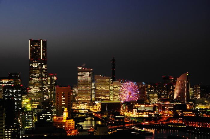 「横浜マリンタワー」といえば、東京湾を見下ろす美しい夜景が魅力です。ひと目見ればロマンチックな雰囲気を味わえることでしょう。さらに「横浜マリンタワー」では結婚式を挙げることもできます。忘れられない結婚式を行えそうですね♪