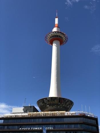 1964年に開業した「京都タワー」は、京都に着いてまず目に入る観光スポットです。京都の玄関口である京都駅前にあるので、到着してすぐ、または帰る前に立ち寄ることができます。
