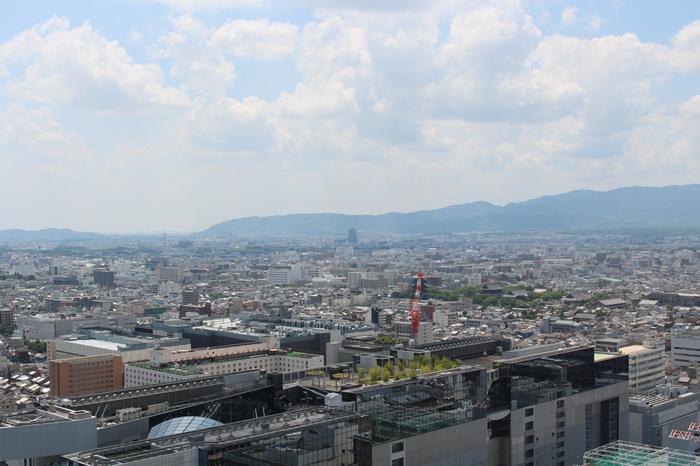 「京都タワー」からは、世界遺産や国宝の神社仏閣の各所を望むことができます。地図と一緒に景色を見て、行く予定のスポットや、行ったところを探すのも面白そうですね。