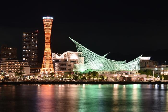 「神戸ポートタワー」は、美しい外観と独特の構造から「鉄塔の美女」とも呼ばれ親しまれているタワーです。1963年に建設され、建築物としてさまざまな賞を受賞、国の有形文化財としても登録されています。みなと元町駅から歩いて5分ほどでアクセスできます。