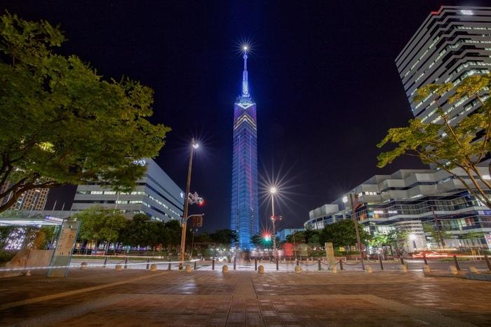 福岡市制100周年を記念して1989年に開催された「アジア太平洋博覧会」のモニュメントとして建てられたのが「福岡タワー」です。そのタワーは、8000枚ものハーフミラーで覆われていることから「ミラーセイル」の愛称でも親しまれています。西新駅から歩くと20分ほどかかるため、バスやタクシーを利用するのがおすすめです。