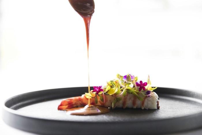 クラシカルな雰囲気の中で、地産地消をコンセプトに地元産食材を使った王道フレンチは、芸術的な盛り付けも見ていて楽しく、幸せな美味しさが広がります。