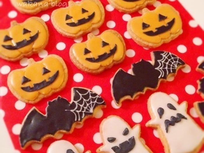 ハロウィンスイーツの定番といえば、クッキー!クッキー生地を型で抜いて焼くだけなので、とっても簡単なシンプルスイーツです。アイシングを施したり、チョコペンを使えば、オリジナリティあふれるスイーツに仕上がりますよ。  こちらは「ウィルトンアイシングカラー」を使った、カラフルなペイントがかわいいクッキーです。
