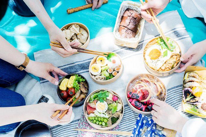 そこで今回は、お弁当には欠かせない「ご飯」&「パン」をカラフルに魅せてくれる、とっておきのレシピや盛り付けのコツをご紹介してみたいと思います。思わずSNSにUPしたくなる「魅せ弁」を目指してみてくださいね!