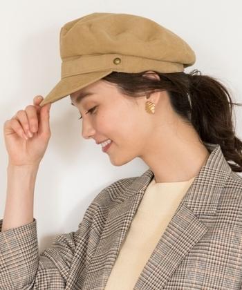 サッとかぶれるキャスケットも秋ファッションにお似合いです。 ダウンスタイルはもちろん、シンプルポニーに合わせてこなれ感を出しましょう。