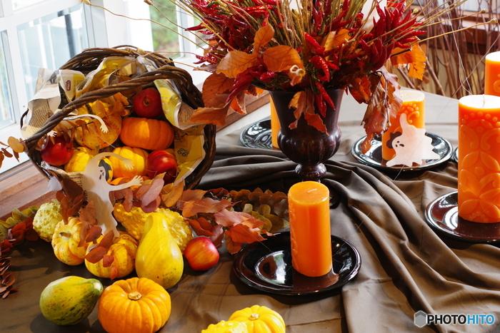 ハロウィンパーティーをするなら、テーブルコーディネートにも遊び心を。テーブルに飾るお花はオレンジ色で統一したり、徂徠フラワーや観賞用の唐辛子、松ぼっくりや木の実で秋らしさを演出するのもいいですね。
