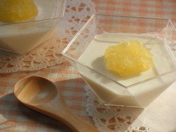 りんごジャムと牛乳で優しい味わいのりんごゼリーが完成。お家にあるもので手軽に作れるので、お子さまのおやつにも最適ですし、食欲がないときにもおすすめです。