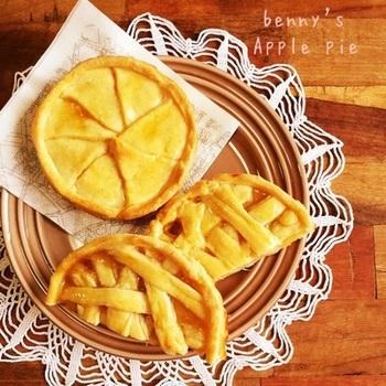 りんごジャムをふんだんに使ったアップルパイです。シナモンを加えても美味しいですし、切ったりんごを加えると食感が変わってさらに美味しさを楽しめますよ。