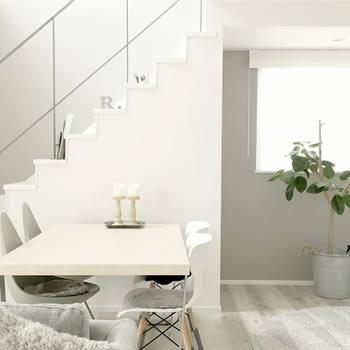 白い壁にあえて何も飾らず、置かず、余白のように使うことでお部屋が広々として見えます。白いインテリアでお部屋全体を統一するのも、まとまりが出てすっきり!