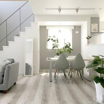 お部屋のメインとなるアイテムは、ベーシックな色、ベージュ・グレー・ホワイトなどでそろえましょう!お部屋全体にまとまりが出て洗練された空間になります。