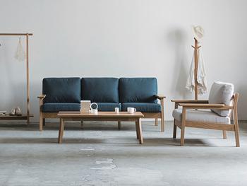 ソファとテーブルを置いたリビングには、線の細い華奢な家具を使い、余白を活かしたインテリアコーディネートを。線の細い家具は、お部屋全体をすっきりとした印象に見せてくれますね。