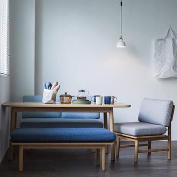 ブルー×グレーが素敵な落ち着いた空間。低めの家具を選ぶことで、壁に余白をたくさん取ることができます。視覚効果を狙った、賢いお部屋づくり。