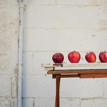 りんごジャムに向いている品種は、煮崩れがしにくく、程よい酸味がアクセントになる「紅玉」がおすすめです。いろいろな品種でジャム作りを試して、お気に入りの味を見つけるのもいいかもしれません。 それでは早速、美味しいりんごジャムの作り方と、りんごジャムを使ったスイーツのレシピを見ていきましょう♪