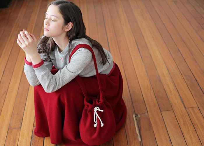 いつものコーディネートに一つ取り入れるだけで、パッと華やかな印象になる「赤」のアイテム。 お洋服はもちろんのこと、赤いバッグやシューズをアクセントにするのも素敵ですよね。