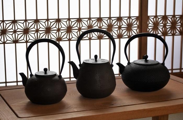 """国内のみならず、海外からも注目されている岩手県の伝統工芸品「南部鉄器」。こちらは400年以上もの歴史を持つ南部鉄器の老舗、鈴木盛久工房の鉄瓶です。どっしりとしたフォルムと重厚感のある佇まい、南部鉄器ならではの美しい鋳肌が印象的です。鉄瓶はお湯をまろやかにするだけではなく""""鉄分の補給""""もできるため、美容と健康に関心の高い女性からも注目されています。以下のページでは南部鉄瓶の使用法と、健康効果について紹介されています。ぜひ参考にしてみてくださいね。"""