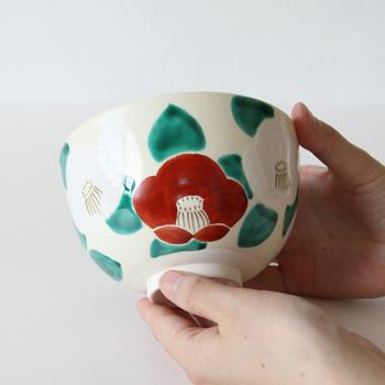 こちらは紅白の椿が描かれた美しい抹茶碗です。華やかな絵付けと鮮やかな色彩は、普段の茶会はもちろんのこと、お祝いなど特別な日のおもてなしにもぜひおすすめです。