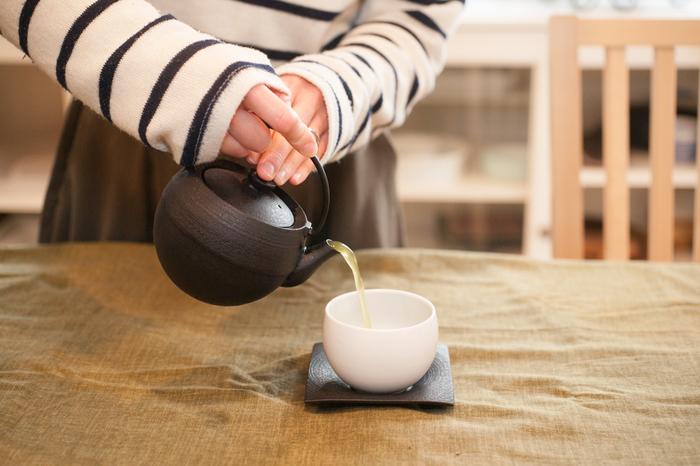 美味しいお茶を淹れるためには、茶葉の量やお湯の温度も大事なポイントです。お茶の淹れ方の基本を覚えると、茶葉本来の味や香りを存分に味わうことができますよ。以下のリンク先のページでは、美味しい煎茶の淹れ方が詳しく紹介されています。ぜひ参考にしてみてくださいね。