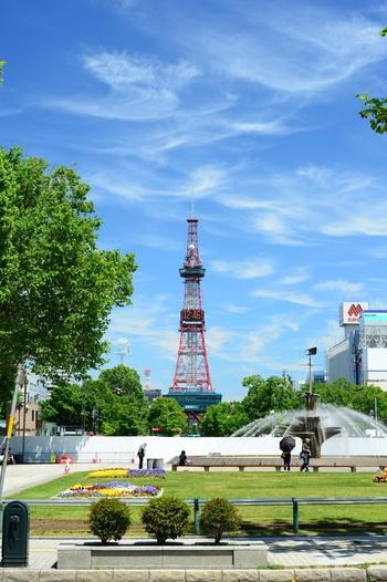 1957年に開業した「さっぽろテレビ塔」は、札幌の景色を堪能できる観光スポットとして人気を博しています。JRさっぽろ駅からは徒歩15分。札幌駅・すすきの駅からは地下街を使いアクセスできるのも魅力です。