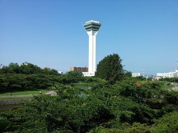 函館にそびえ立つ「五稜郭タワー」は、実は2代目のタワー。五稜郭築城の100年を記念して1964年に建てられた初代五稜郭タワーは2006年に解体。その解体の少し前に現在の「五稜郭タワー」がオープンしました。「五稜郭タワー」へのアクセスには、バスを利用するのが便利です。函館駅や函館空港から、バスの運行があります。