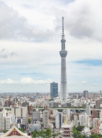2012年に誕生した「東京スカイツリー」は、現在ある電波塔の中で世界一の高さを誇ります。とうきょうスカイツリー駅もしくは、押上駅を利用してアクセスするのが便利です。東京駅や羽田空港、上野駅などからはシャトルバスの運行もあります。