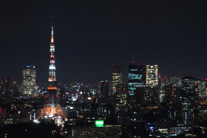 JR浜松町駅から徒歩約15分。1958年に開業してから現在まで、東京のシンボル的存在として輝き続ける「東京タワー」です。昼間の姿も見事ですが、夜になるとライトアップされ、さらに魅力的な姿を見せてくれます。