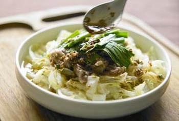 たっぷりの白菜を、豚コマ切れ肉と一緒に味わい深く頂けるレシピ。 ポン酢しょうゆベースのタレが絡み、ご飯もすすみそう。野菜不足と感じるときに手軽に作れるのもポイントです。