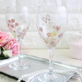 ポーセラーツは、グラスなどのガラスにも施すことができるんです。ワイングラスにかわいらしい蝶々とお花をデザインすれば、ウェディングや誕生日の贈り物にも喜ばれるはず♪