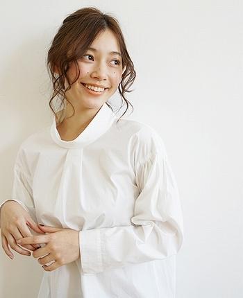 軽やかな印象を持つ白の『コットンハイネック』。素肌を見せずに華奢なシルエットを想像できるので、女性らしい着こなしを生み出します。
