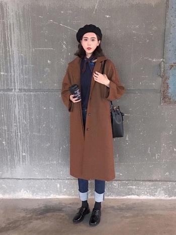 寒くなってきてからもスカーフは着こなしのポイントになってくれますよ。ブラウンのコートからちらりと覗く、同系色のスカーフがとってもきれい!ベレー帽と組み合わせれば、パリジェンヌ風のコーディネートに。