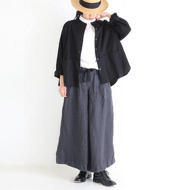 コットンハイネックはインナーとしても大活躍。ノーカラーのシャツと合わせた、清楚なレイヤードスタイルです。