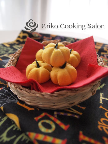 かぼちゃの形をした可愛いクッキーレシピ。かぼちゃは裏ごしするので、皮つきで70gほど余っていればOKです。ハロウィンにお子さんと一緒に作っても楽しそうですね。
