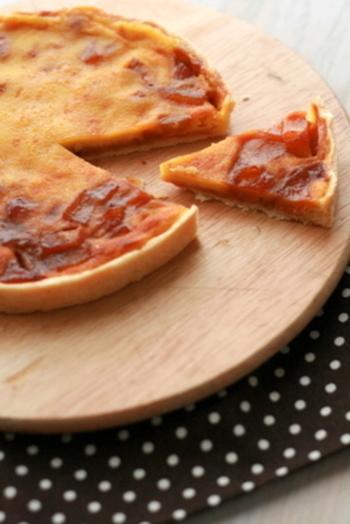 クラフティは、タルトとプリンが合わさったようなフランスのお菓子です。洋梨をカラメル状に煮詰め、コンポートとはまた違った味わいをたのしむことができます。