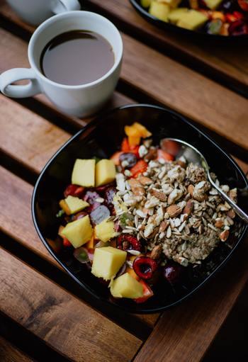 添加物が多いファストフードや砂糖たっぷりのスイーツを、毎日のように食べていませんか?ご褒美としてたまに食べるならOKですが、多すぎると体の負担になってしまいます。食べるのは週に1度にするなど、自分なりにルールを決めてみて。