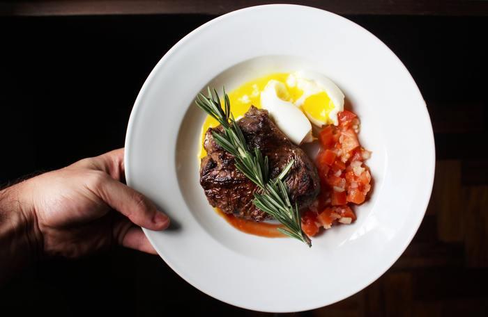 太りそうだからと、肉などのたんぱく質を減らしていませんか?現代の女性の多くは、たんぱく質の摂取量が足りていないといわれています。筋肉や血液、髪の毛の元にもなるたんぱく質は積極的にとりましょう。肉、魚、卵、乳製品などを毎食のメニューに取り入れるようにしてください。