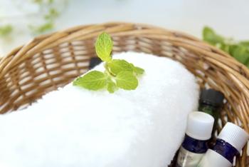 拭き掃除などをする時に、タオルにお気に入りの香りを使うことで、部屋中にアロマの香りが爽やかに漂いリラックスした気持ちになれます。柑橘系の香りには、リモネンという脂汚れを落とす成分が入っているので、おすすめです。