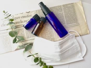 花粉の時期や、風邪が流行っている時は、アレルギー効果のあるアロマや爽快感のあるアロマをマスクに染み込ませておくと良いですよ。ごく少量のアロマを、マスクの外側にそっとつけておきましょう。