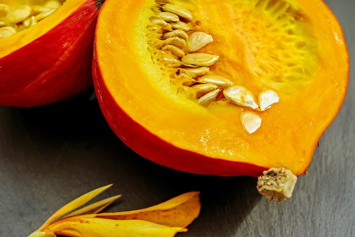 かぼちゃは、夏から初秋に収穫されますが、3か月程度貯蔵することで水分が抜け甘みが増すので、まさにおいしさの旬はこれから。ほくほく系のかぼちゃは、西洋かぼちゃと呼ばれ、国内では北海道などが主な産地。β-カロテンを豊富に含む健康食材です。