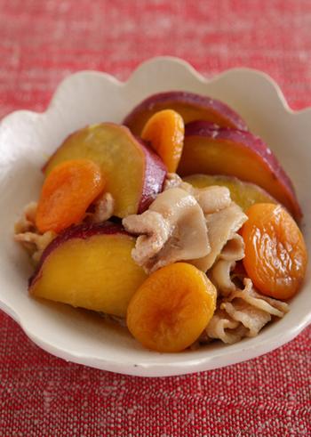さつまいもが主役の秋の煮物。甘くてほくほくのさつまいもに、豚肉のうまみがしみ込んだ大満足のおかずです。あんずの甘酸っぱさも、いい味わいを添えています。