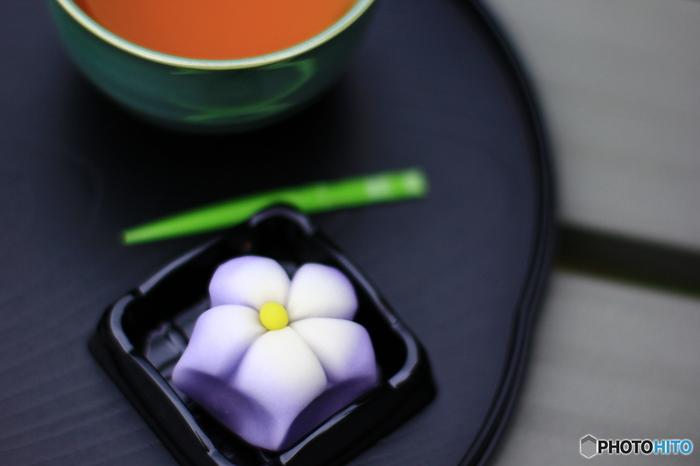 紫色のグラデーションが美しい「桔梗」の練り切りも、秋の季節の和菓子です。可憐な花びらがとても可愛らしいですね。ひとつひとつの菓子から、日本の四季の美しさを感じることができるのも、和菓子ならではの大きな魅力です。