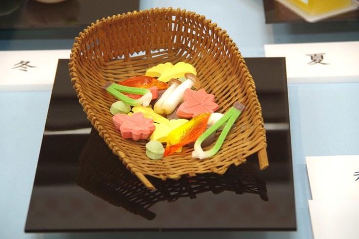 落雁や和三盆などの「干菓子」も、昔から日本人に親しまれてきました。こちらの写真は紅葉や銀杏など、色とりどりの干菓子がとても綺麗ですね。季節ごとに様々な和菓子と出会えるのも、茶会の楽しみのひとつです。練り切りや干菓子との一期一会を、ぜひ楽しんでみてはいかがでしょうか。